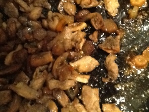 Aardpeer in ketjap met kippendij, paprika en twee verschillende champignons