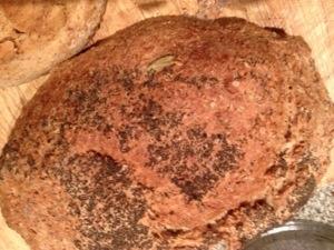 Zelfgebakken brood met maanzaad Maanzaad uit de moestuin. Geeft geen bijwerkingen.