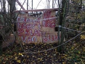 De mening van de bouwers is duidelijk.  Bij de toegang naar de hut is een hek met tekst geplaatst.