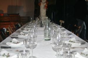 Het begint met een maagdelijk witte tafel. Plek genoeg voor twintig man bij ons in de deel.